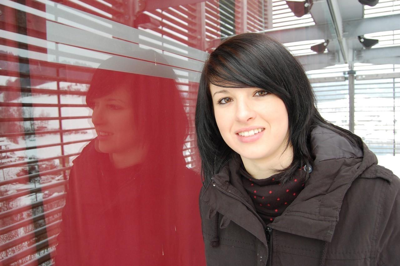 Lśniąca czerń na włosach